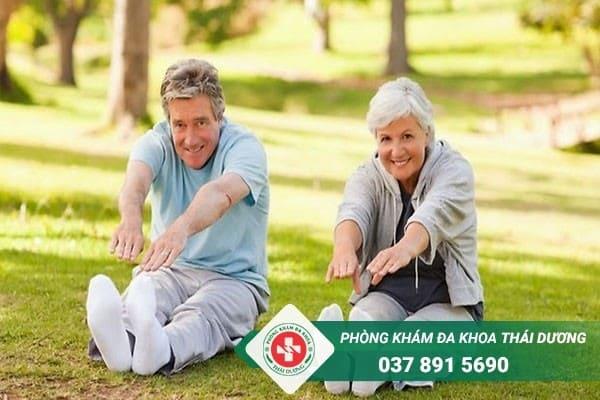 Tập thể dục nhẹ nhàng mỗi ngày cũng là cách giúp hỗ trợ điều trị đau thắt ngực